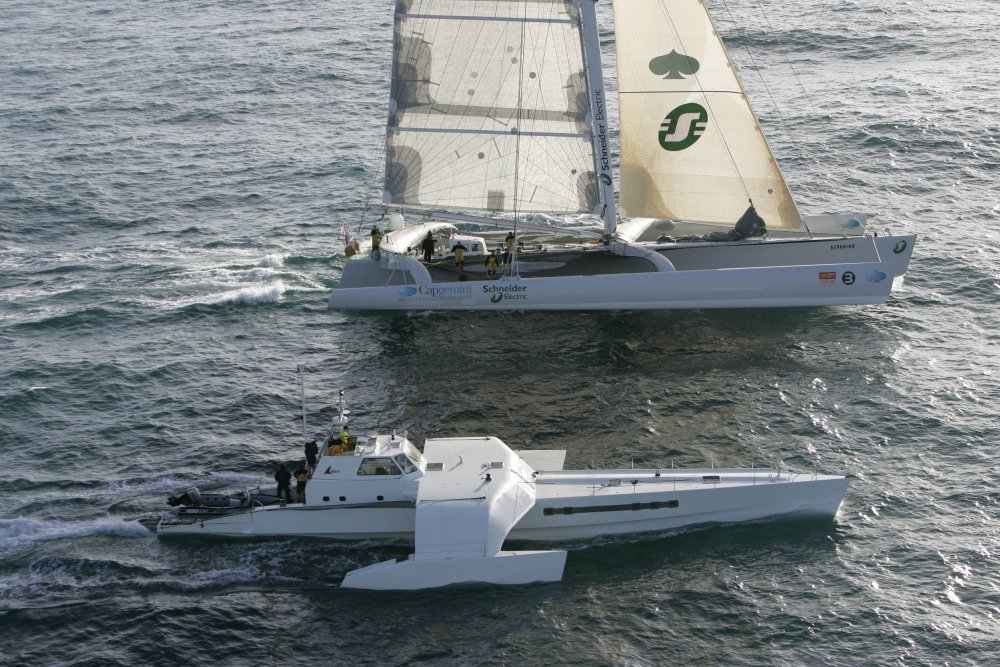 The maxi trimaran Geronimo leaves Brest for Doha to race in the Oryz Quest 2005