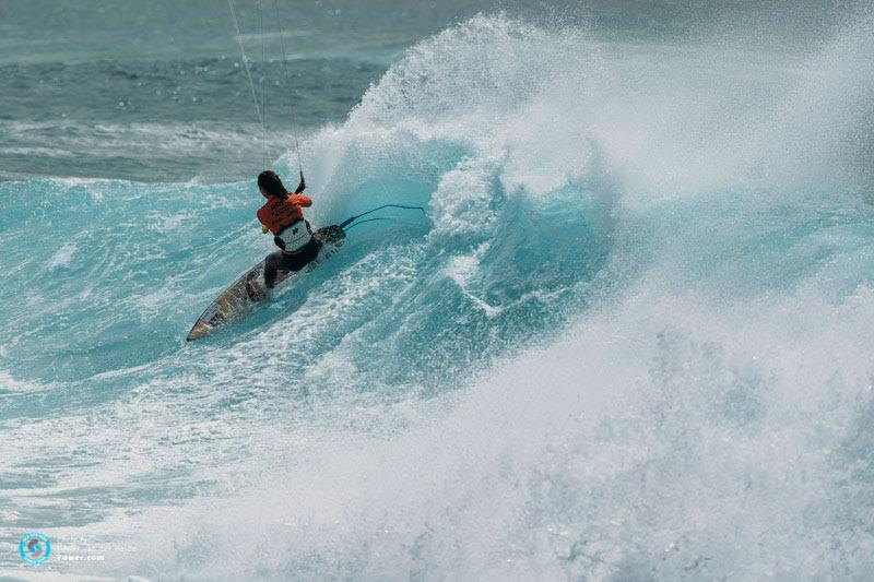 Moona hacks a turn on the inside - GKA Kite-Surf World Cup Cabo Verde, Day 4 - photo © Ydwer van der Heide