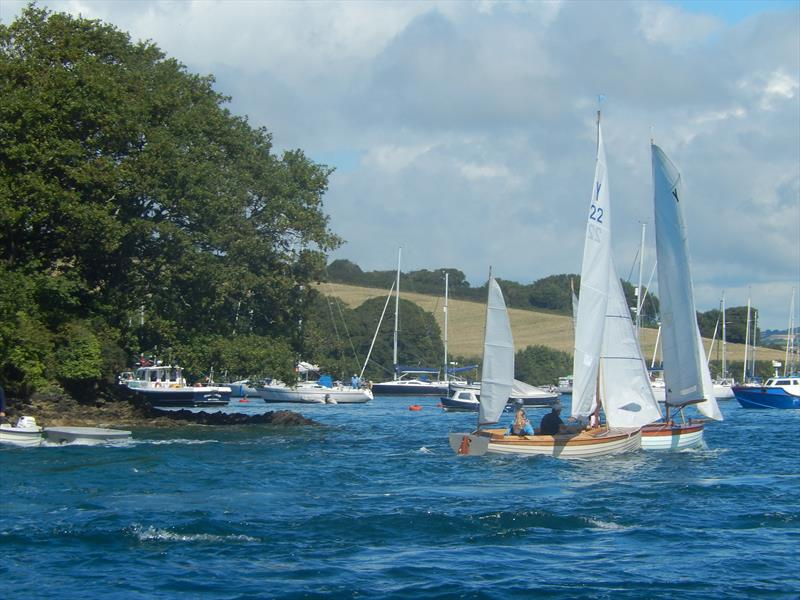 Yawls in the yellow pinch zone hoping the estuary breeze will propel them to wind in the 'Bag' - photo © Malcolm Mackley